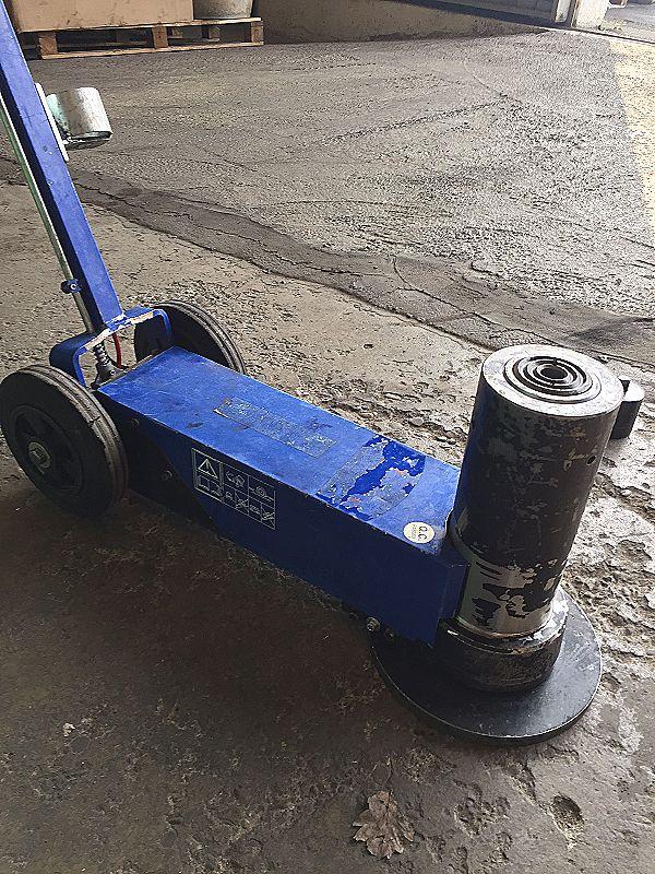 Martinetto idraulico con carrello e timone in vendita - foto 2