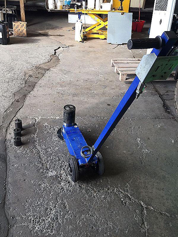 Martinetto idraulico con carrello e timone in vendita - foto 1