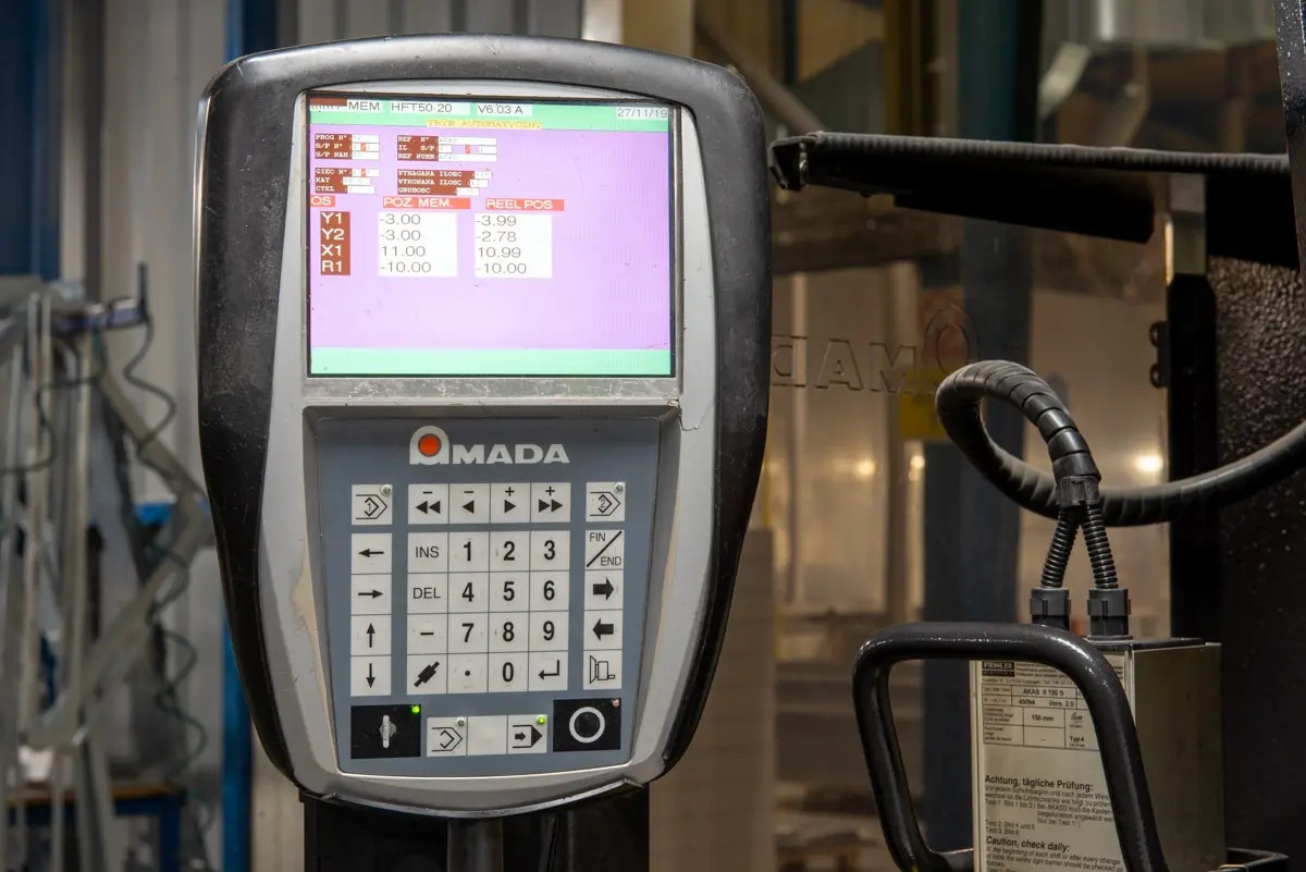 Pressa piegatrice CNC AMADA HFT 50-20 in vendita - foto 4