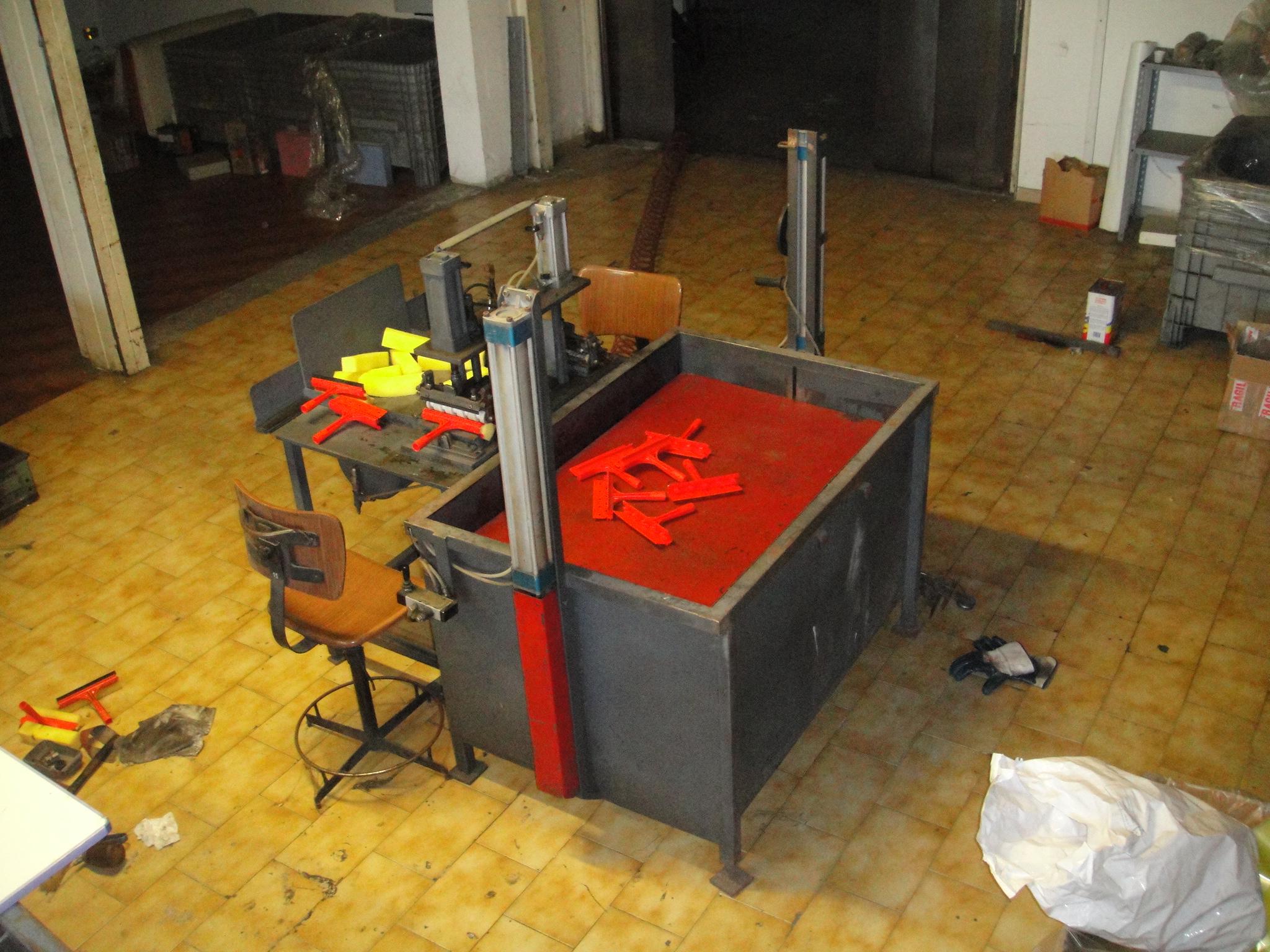 Produzione Tergivetro Plastica con gomma e spugna in vendita - foto 8